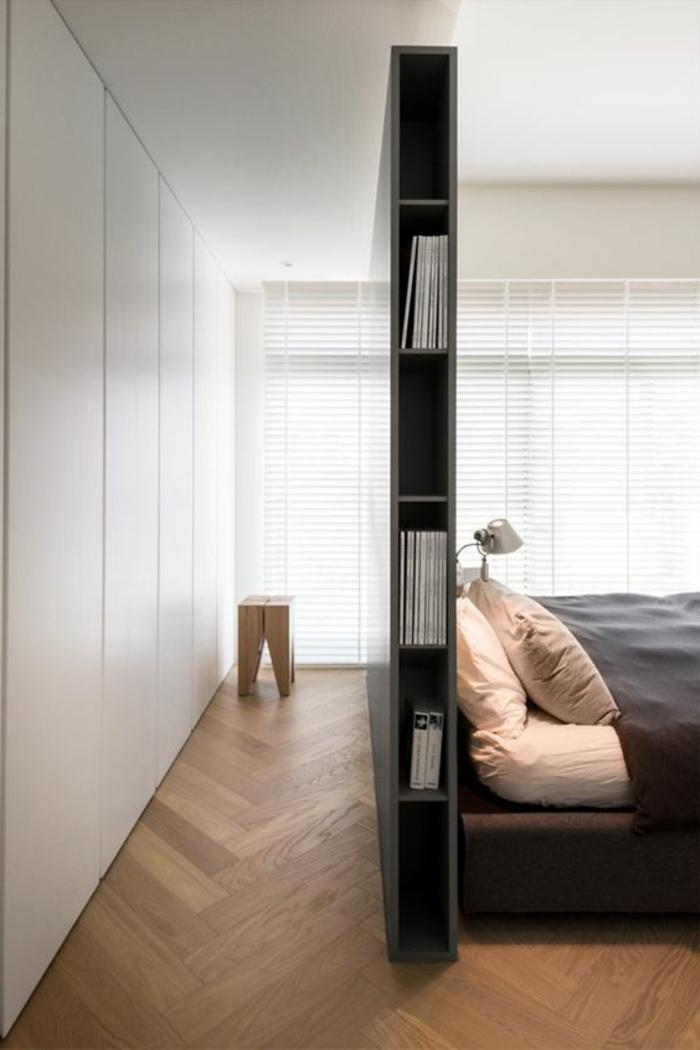 chambre à coucher minimaliste, tête de lit avec rangement, tabouret de bois