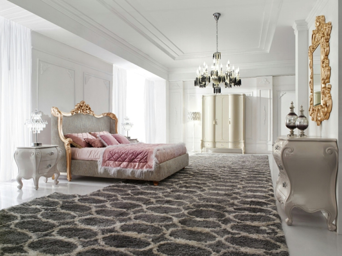 mobilier baroque, tapis moelleux, plafond avec déco en plâtre, miroir doré, chambre baroque