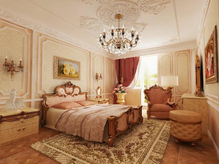 deco baroque, plafond avec déco en plâtre, lustre en cristaux, papier peint jaune, lit baroque