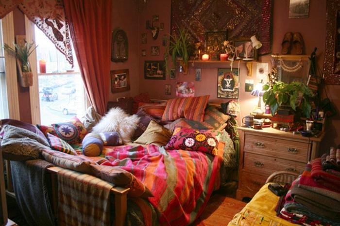 deco chambre boheme, plantes vertes, rideaux longs, coussins en fausse fourrure