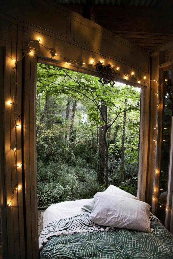 deco chambre boheme, grande fenêtre, jeté de lit vert, guirlande lumineuse