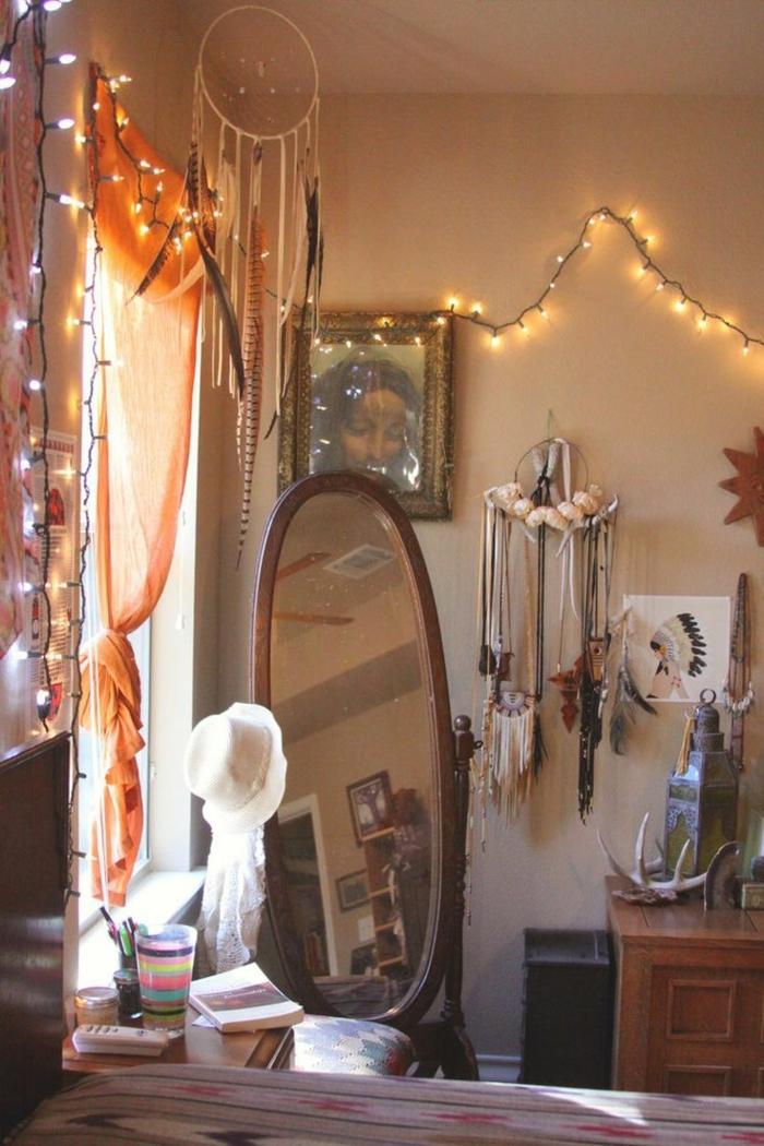 deco boheme, grand miroir, guirlande lumineuse, attrape-rêve, armoire en bois