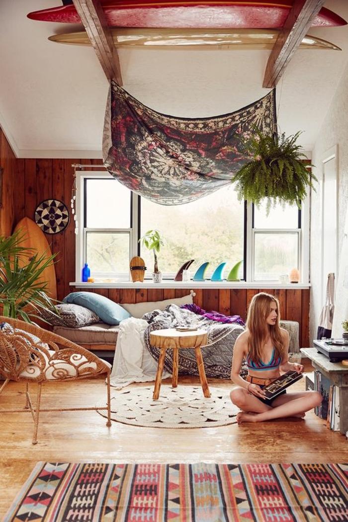 tapis boheme à motifs ethniques, plafond blanc, planches de surf, tapis rond, plantes vertes