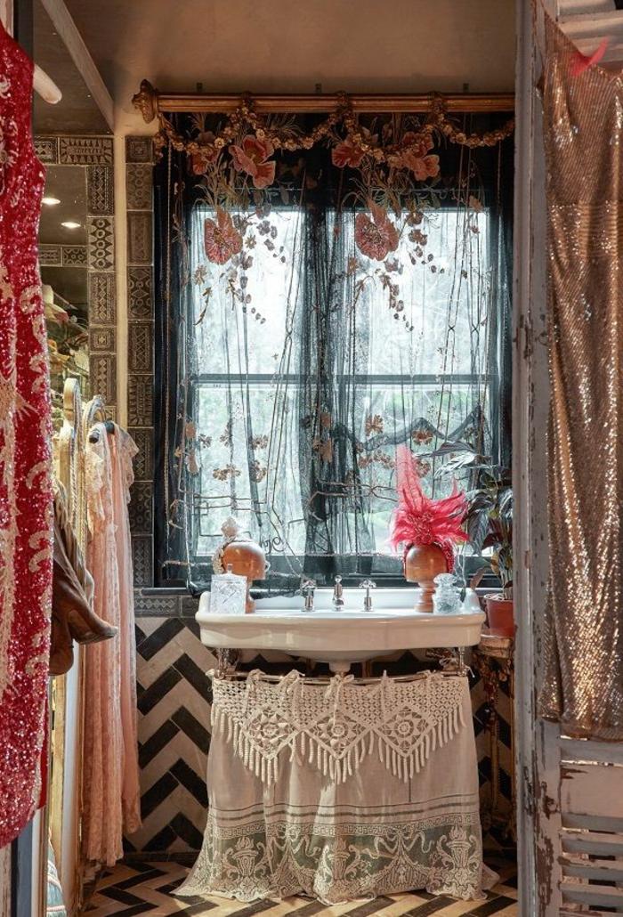 decoration boheme, salle de bains, lavabo, rideaux longs à motifs floraux