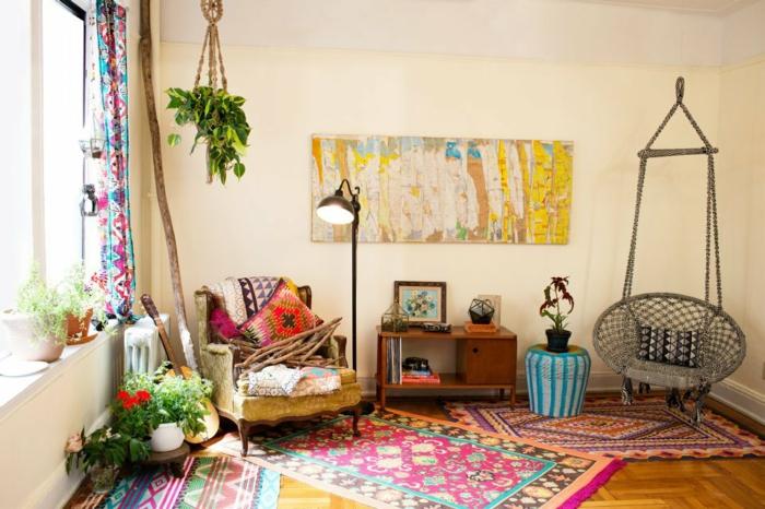 deco hippie, murs beige, tapis multicolore, rideaux longs, plantes vertes