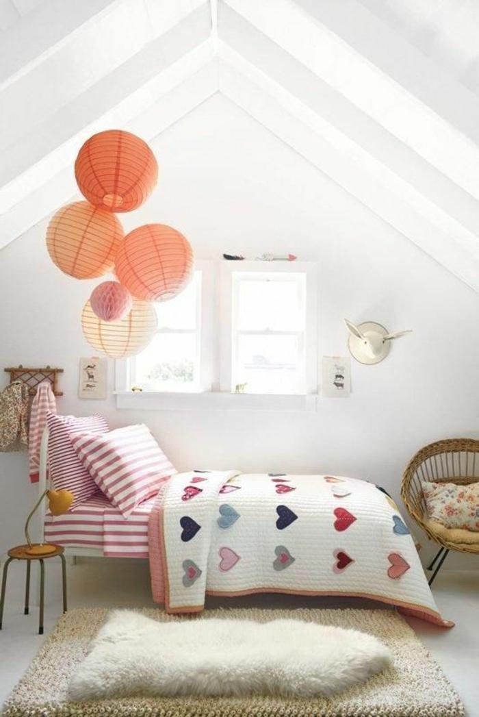 idée déco chambre enfant, un liet métallique, linge de lit multicolore, rayures et motifs coeurs, couleur mur blanc, tapis blanc cassé, chaise en rotin
