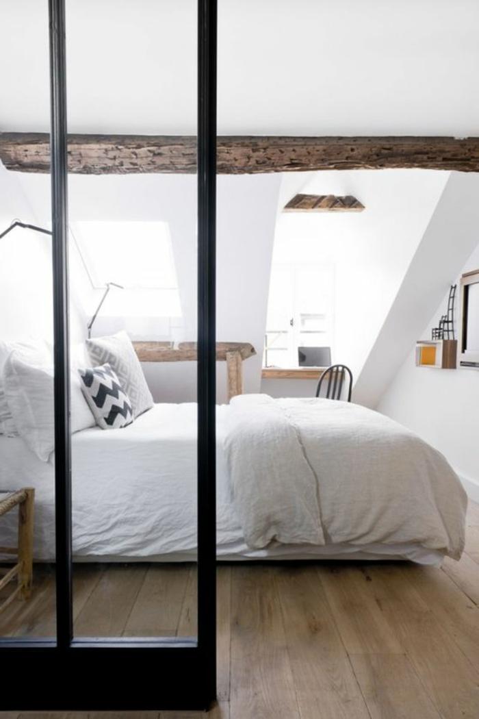 décor en blanc, chambre mansardée, lit blanc, linge de lit blanc et couleur peinture mur blanc, parquet en bois clair, coin travail sous pente, petit bureau et chaise
