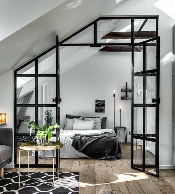 déco chambre sous pente,toit mansardé, verrière, lit linge de lit blanc et gris, couleur mur blanc, poutres apparentes, design scandinave