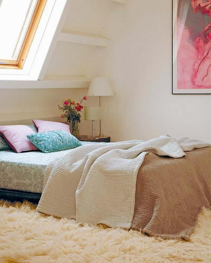 modèle de chambre mansardée, tapis blanc, couleur mur blanc, lit, coussins multicolores, couverture de lit marron, fleurs