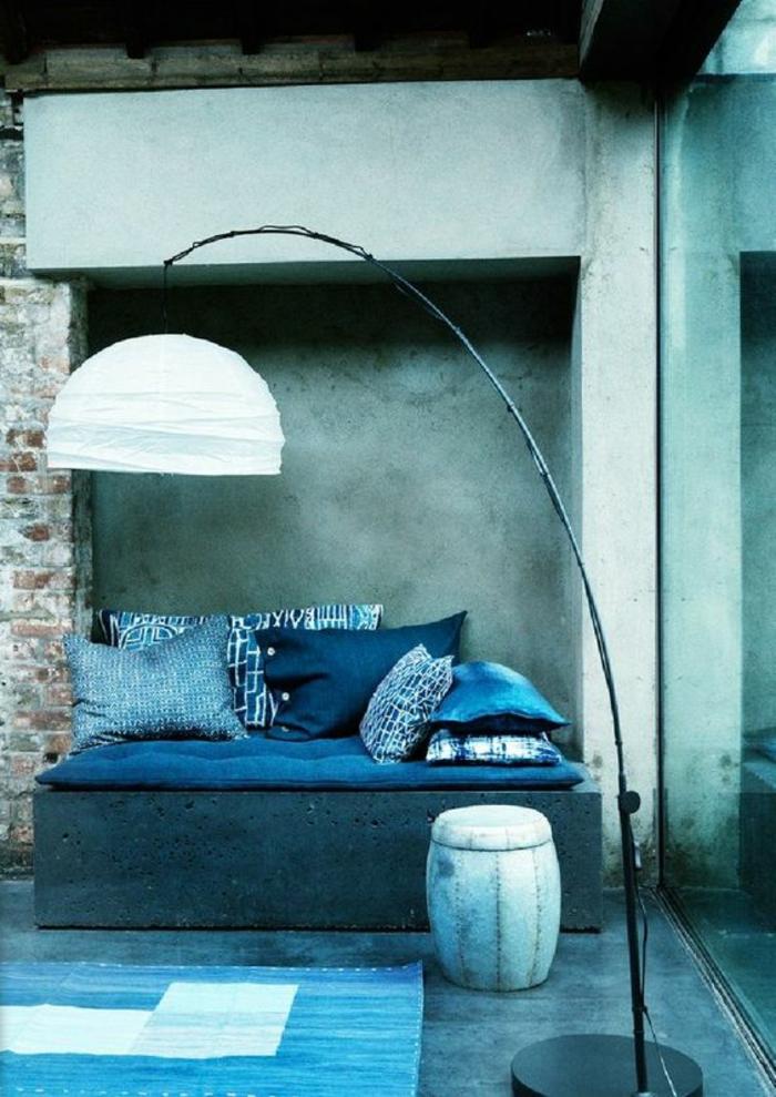 mur bleu canard, chambre art aux nuances du bleu, grand lampadaire art