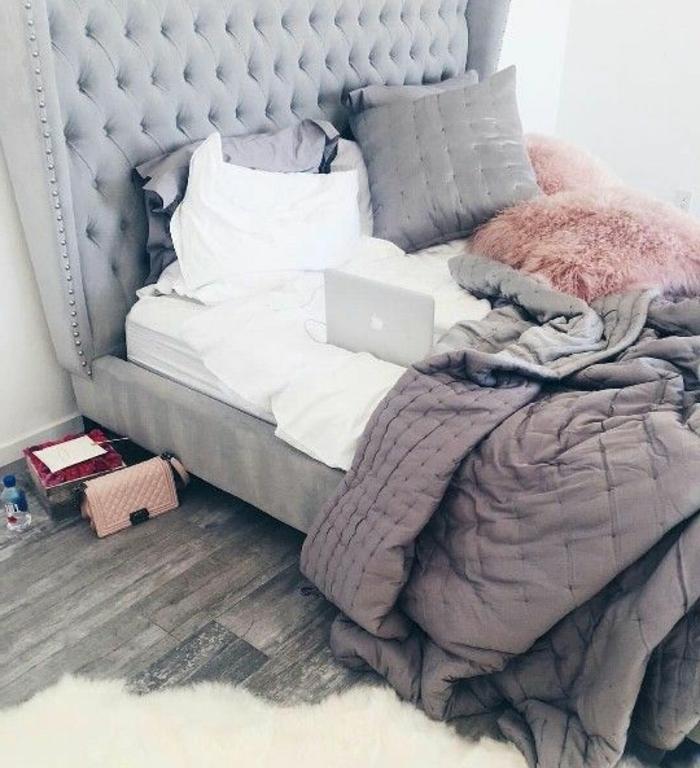 chambre rose et gris, lit gris avec une tete de lit capitonnée, parquet en bois gris, tapis blanc, linge de lit rose, blanc et gris, deco chambre cocooning