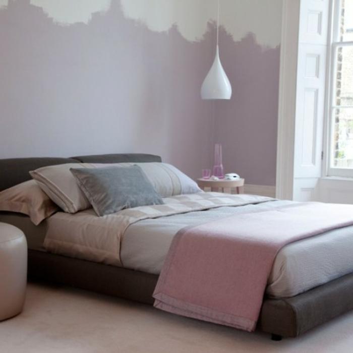 chambre rose et gris, peinture mur rose et blanc, lit gris, tapis blanc, parure de lit rose, gris, beuge, suspension blanche