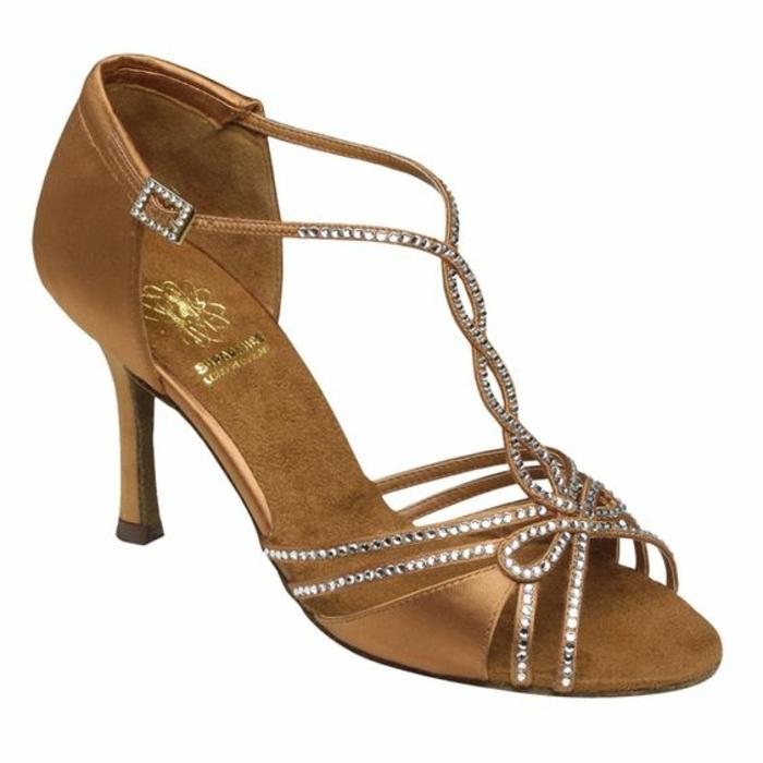chaussures de danse femme couleur bronze avec des pierres blanches soulignantes les courbes du pied