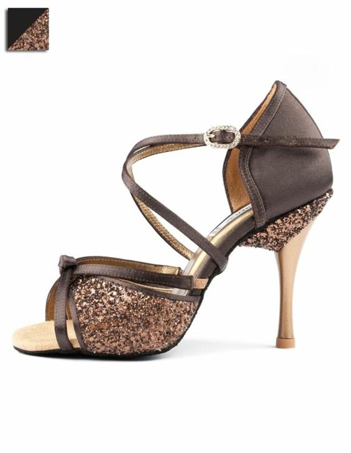 chaussures de danse en couleur taupe avec des strass devant et sur le talon