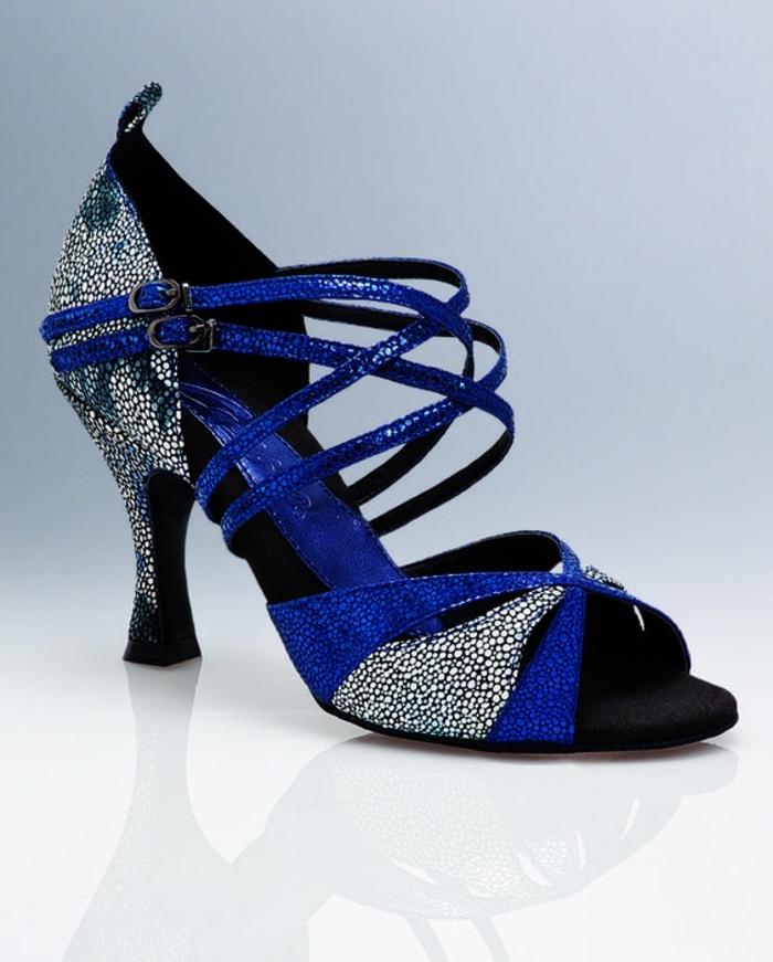 chaussures de danse en bleu royal et argent avec des fines bandes entrecroisées devant