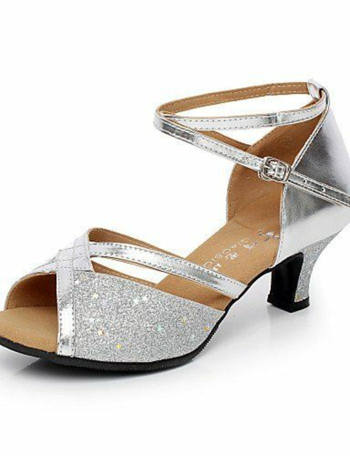 chaussures de danse talon bas et stable pour les débutantes en strass argenté