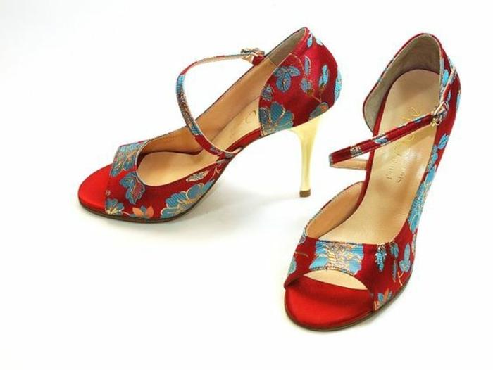 chaussures de danse Odile tango rouges avec des fleurs bleues motifs kimono