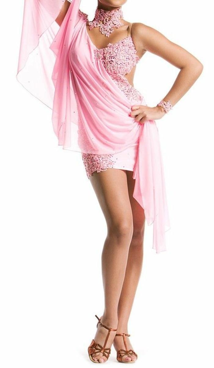 chaussures de danse femme avec tenue rose très ornée de motifs en dentelle