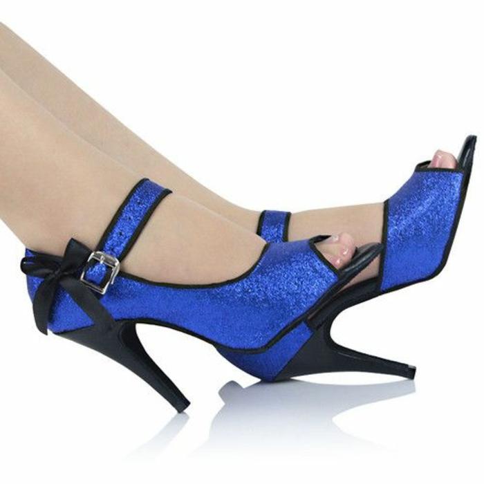 chaussures de danse en bleu royal avec des noeuds en tissu noir et aux talons hauts noirs tango et salsa
