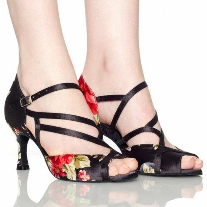 chaussures danse en noir et motifs floraux en rouge et vert jeu intéressant de bandes devant