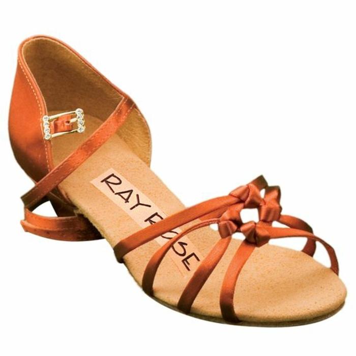 chaussures danses orangées avec des bandes très fines devant et aux talons bas et stables idéales pour les débutantes