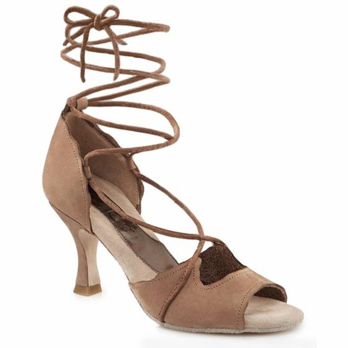chaussures danse en beige lacets fins montants sur la cheville