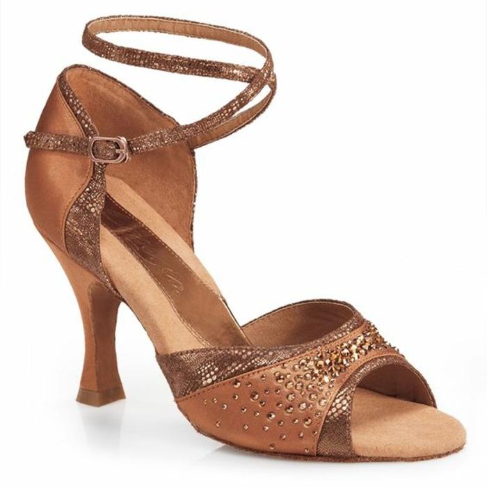 chaussures de danse irisées avec une bande qui monte sur les chevilles