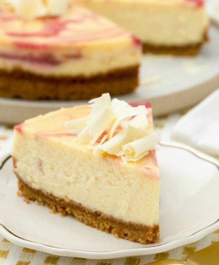 cheesecake au chocolat blanc avec de la confiture de framboises, idée de gateau de paques facile à réaliser