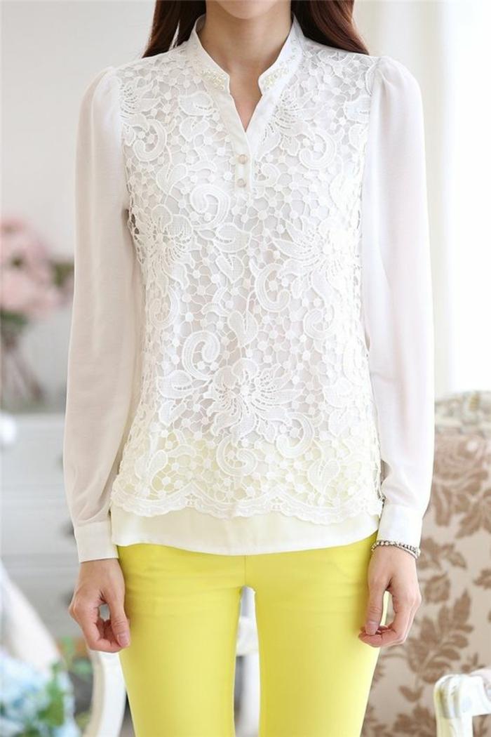 chemise femme avec dentelle décolleté en V tout petit avec des pantas jaunes style quotidien