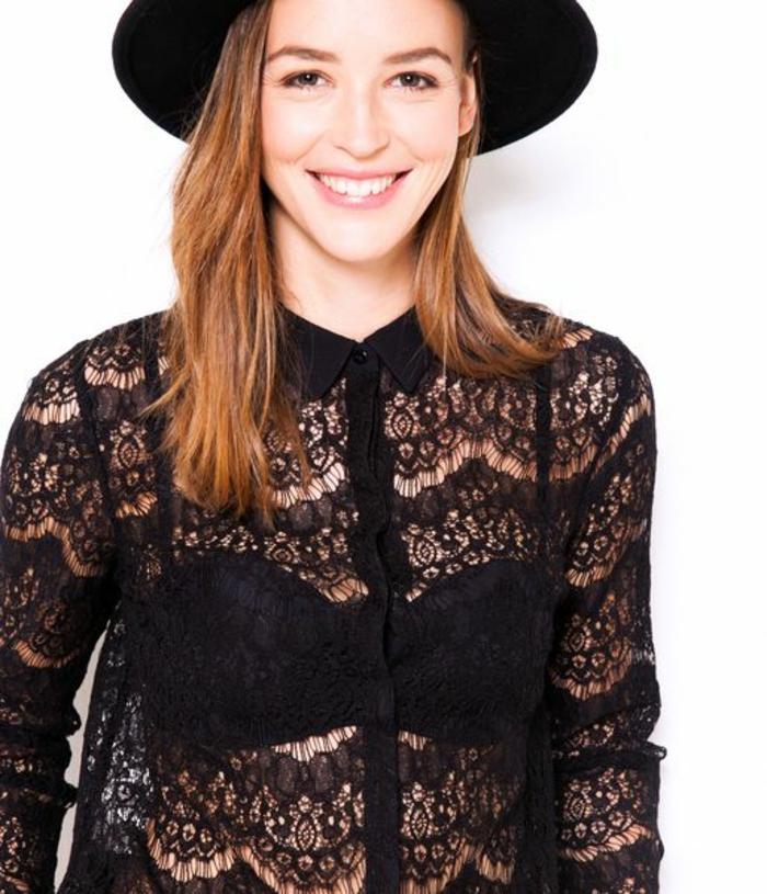chemisier dentelle en noir avec chapeau noir grande transparence et élégance