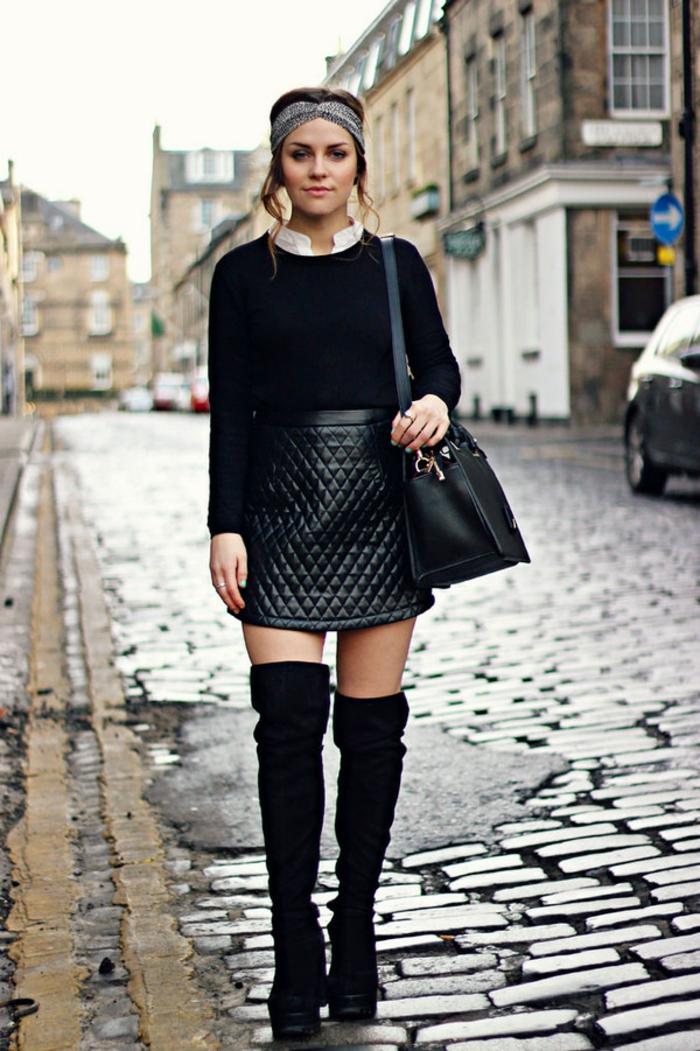s habiller en noir, jupe courte en cuir, chemise blanche avec col, coiffure avec turban