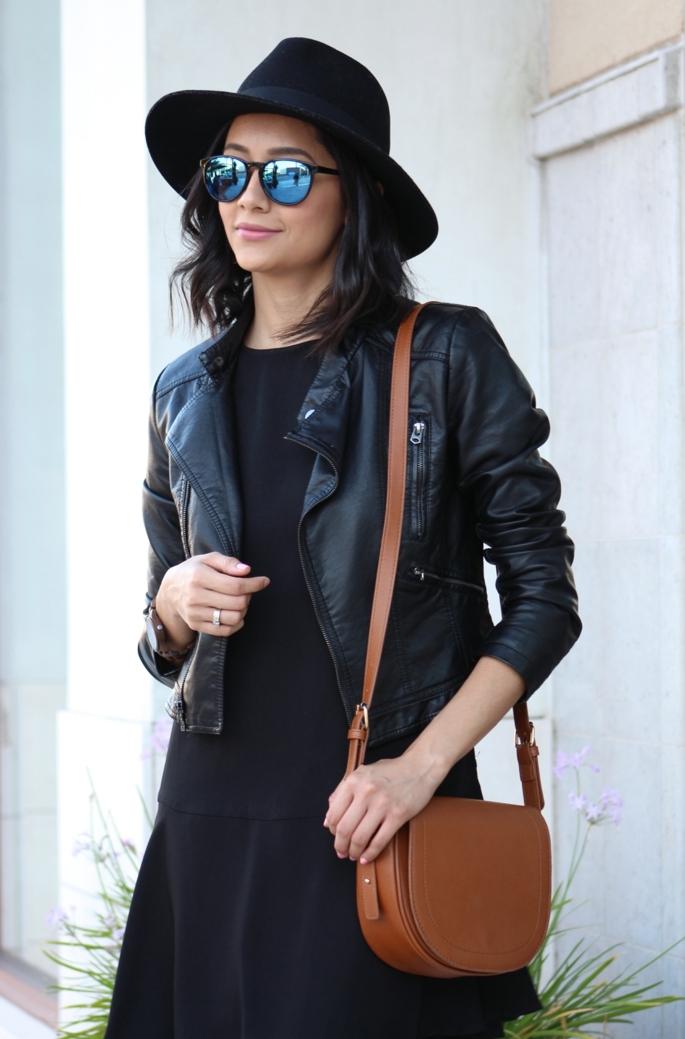 s habiller en noir, robe noire, chapeau noir, lunettes de soleil effet miroir, veste en cuir noir