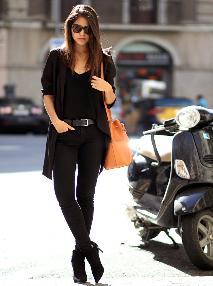 s habiller en noir, lunettes de soleil noires, collier en argent, sac à main marron