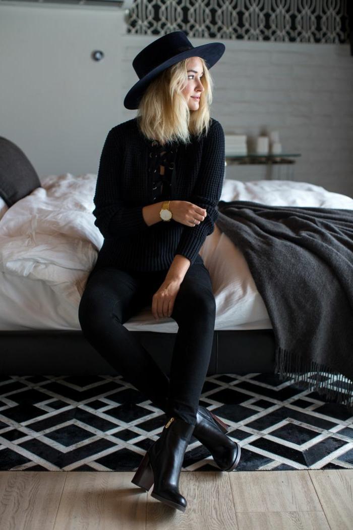 s habiller en noir, bottines à talons, chapeau noir, coupe carré, montre en or