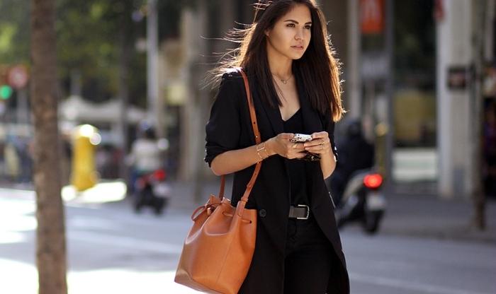 que mettre avec un pantalon noir, sac à main marron, ceinture noire, bagues en or