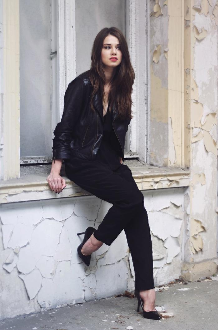 chemise noire, chaussures à talons, lèvres rouges, veste en cuir