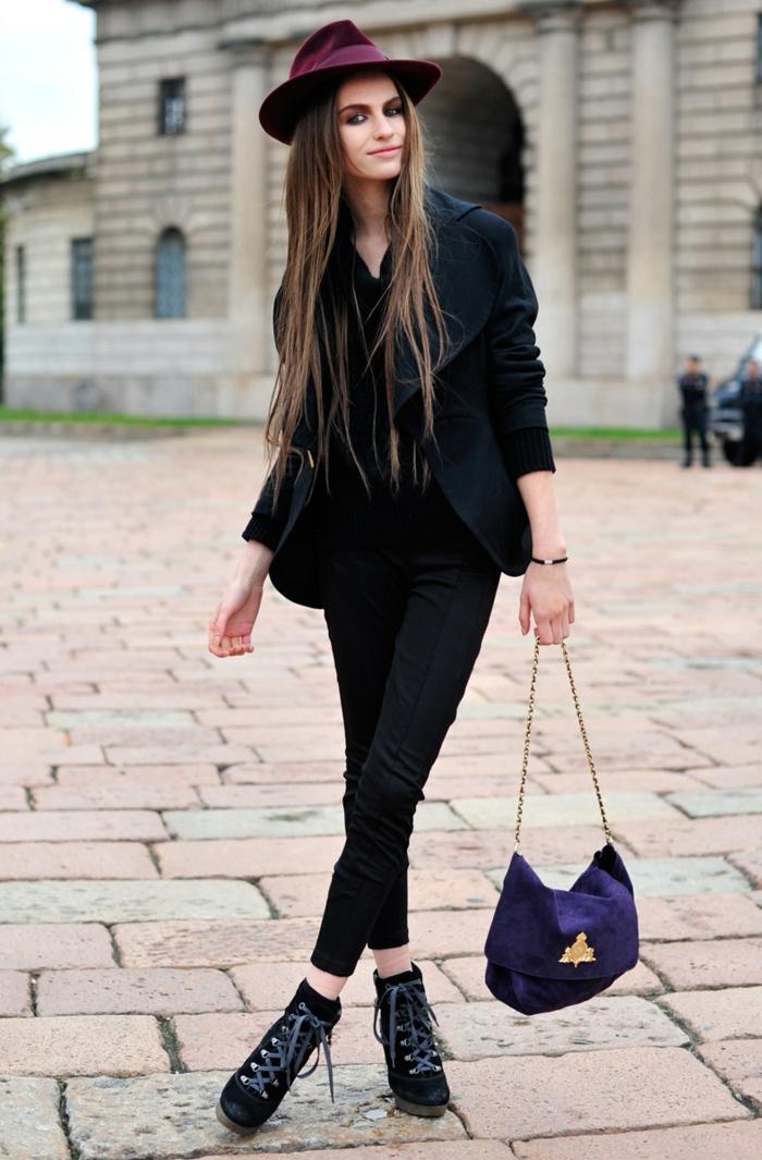 tenue avec bottines à lacets, chapeau bordeaux, sac à main violette, blazer femme