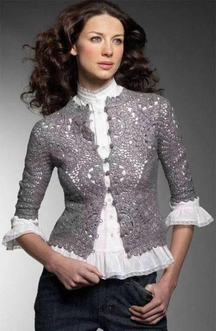 chemisier dentelle blanc avec manches 7/8 et veste tricotée ajourée en couleur irisée métal