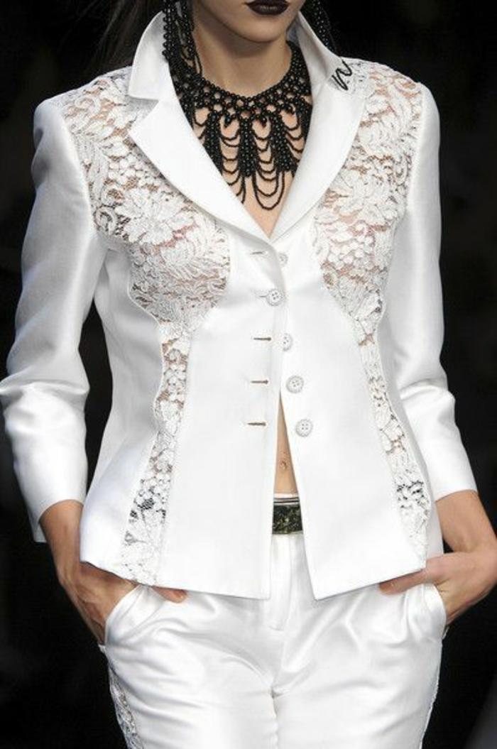 chemise femme avec dentelle blanche élégance avec pantalon en blanc et collier noir de style baroque