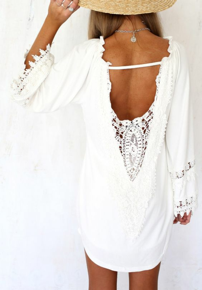chemisier blanc en dentelle avec le dos dénudé aux manches larges look estival