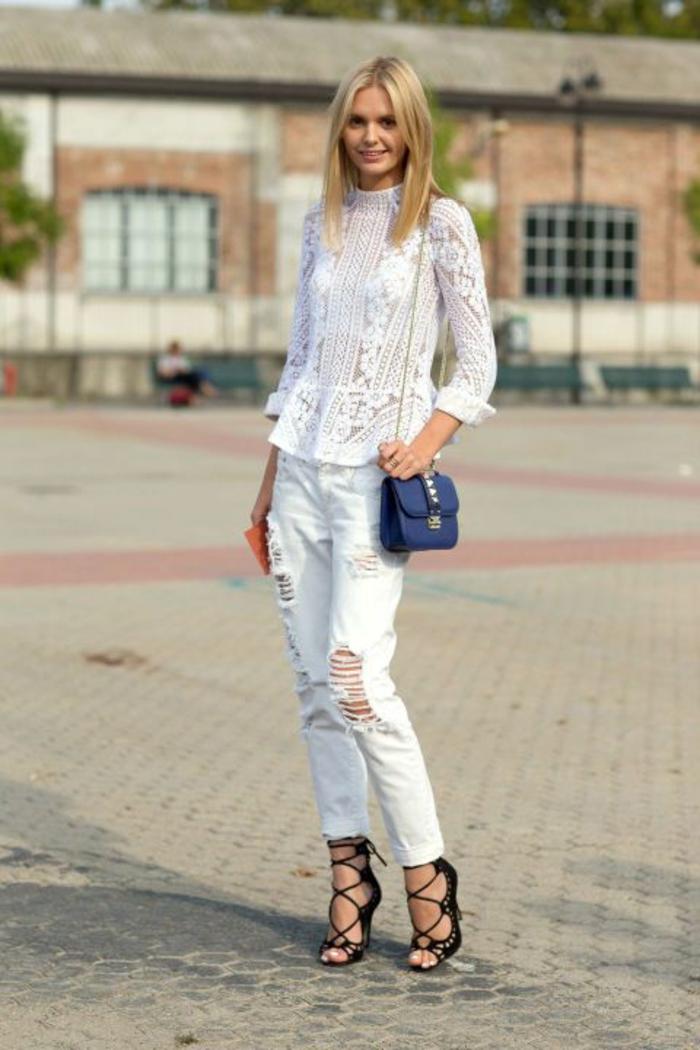 chemisier dentelle femme blanc avec denim bleu clair déchiré avec talons aiguilles look chic urbain