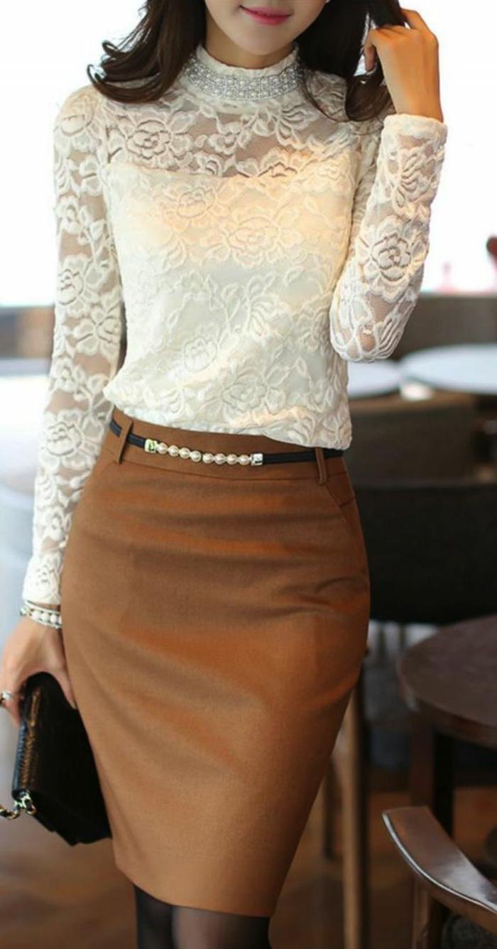 chemisier en dentelle zone col transparente avec une jupe crayon sur le corps en marron
