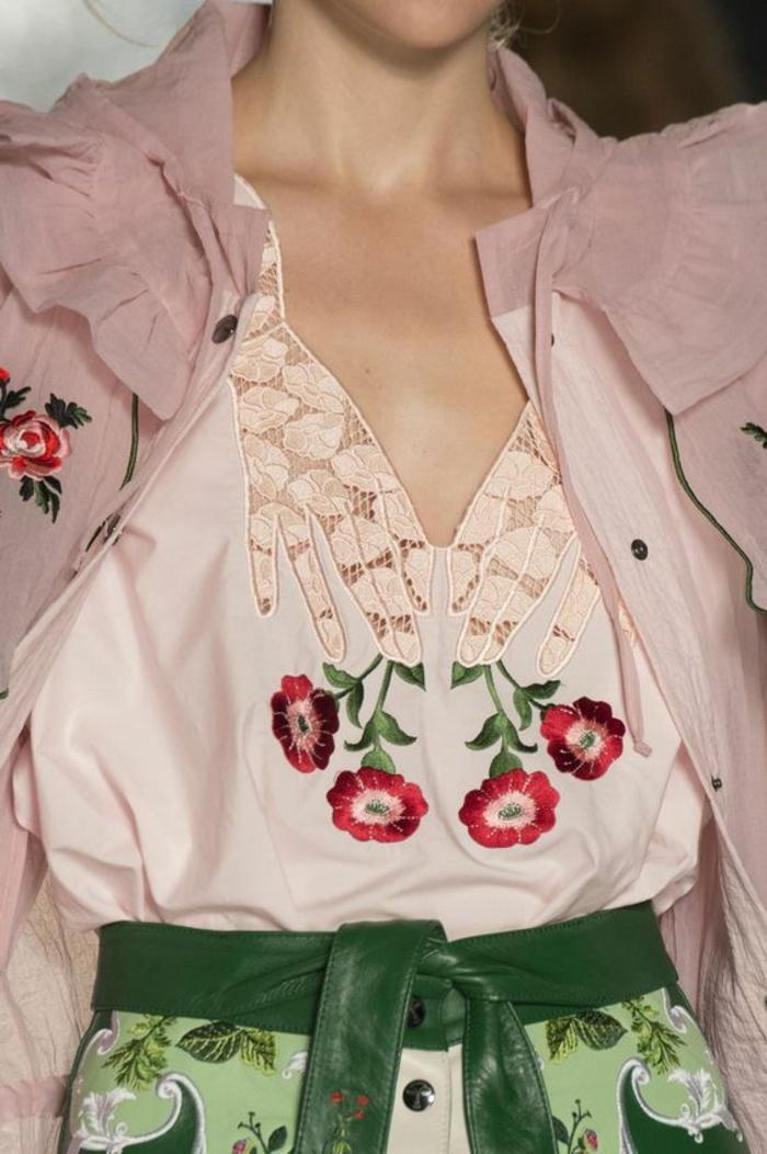 chemisier en dentelle rose clair sur la zone du décolleté grand avec des fleurs en rouge, blanc et vert