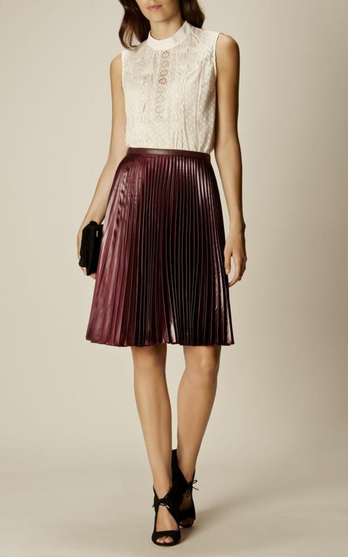 chemisier dentelle sans manches pour l'été bande fine transparente devant avec jupe plissée en bordeaux