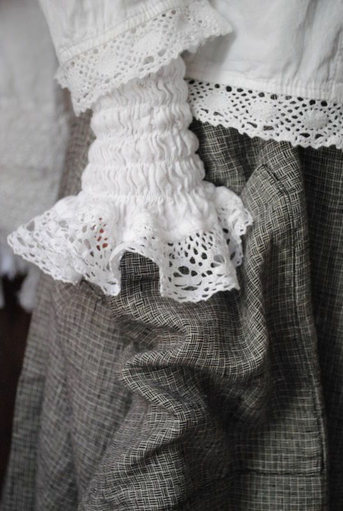 chemisier dentelle dans un vieux style grand-mère porté avec une jupe aux mini carreaux grise