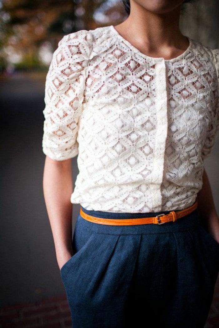 chemisier en dentelle aux manches courtes boutonnée devant avec un pantalon bleu et ceinture fine en orange