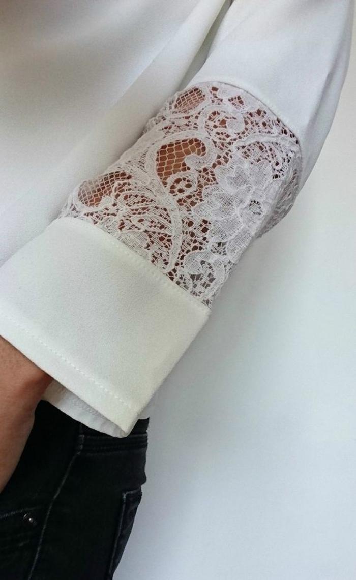 chemisier en dentelle détail sur la manche transparente en arabesques et en fleurs