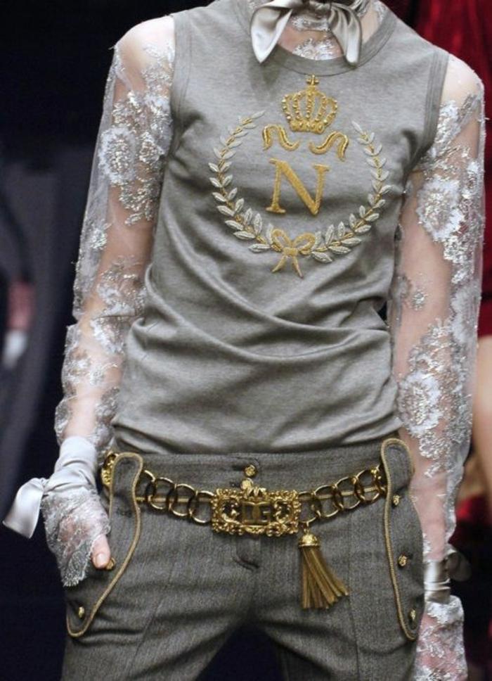 chemisier dentelle femme en gris avec un pull gris sans manches et un pantalon en style baroque