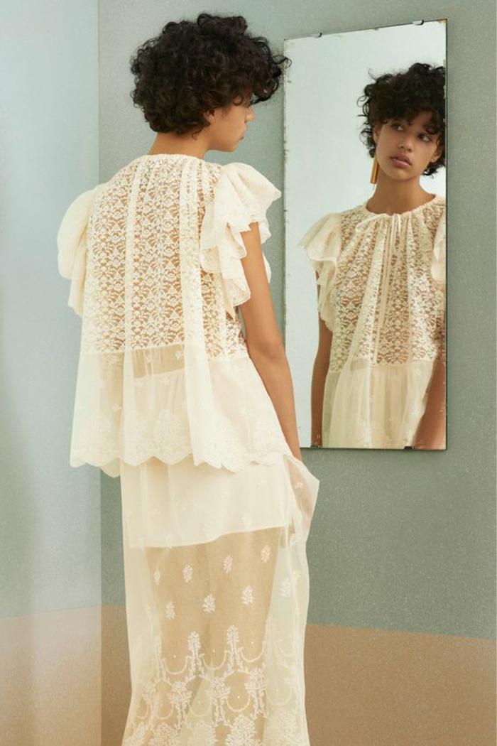 chemisier blanc avec dentelle aux manches courtes papillon avec la jupe en dentelle longue