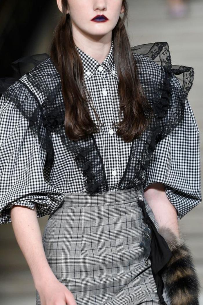 chemisier dentelle femme aux carreaux en blanc et noir avec des volants en dentelle noire
